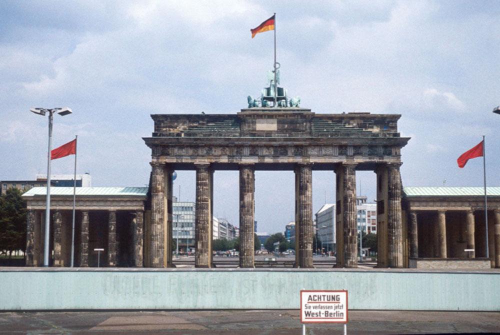 Brandenburger Tor 1980, von der Westseite aus gesehen. © Adobe Stock Photo 246659972